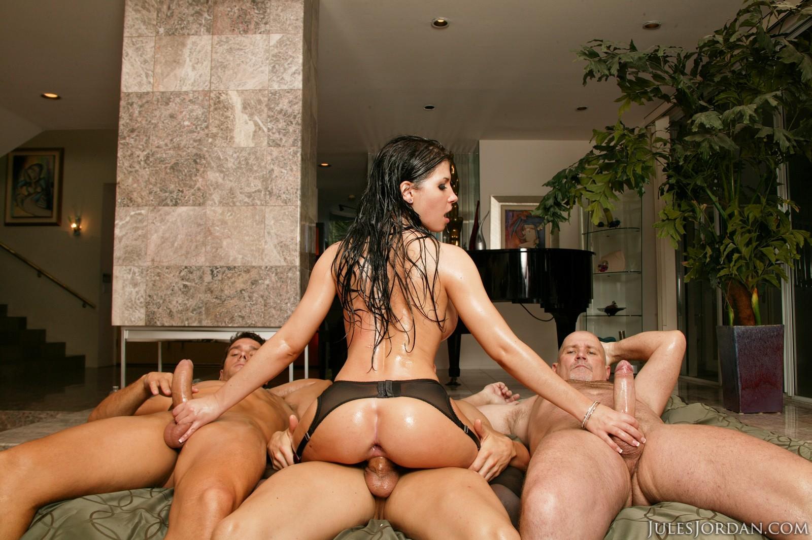 Rebeca Linares оседлала крепкий ствол парня порно фото бесплатно