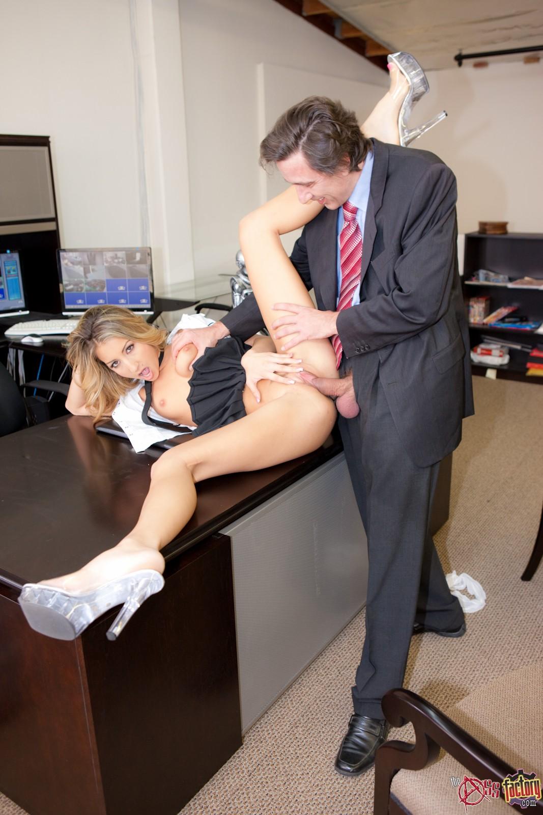 босс задирает юбку секретарше женой